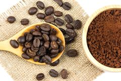 Взгляд сверху свежего кофейного зерна жаркого с порошком фасолей Стоковые Фото