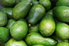Взгляд сверху свежих зеленых авокадоов стоковая фотография rf