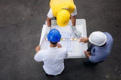 Взгляд сверху светокопии checkig команды инженера Стоковые Фотографии RF