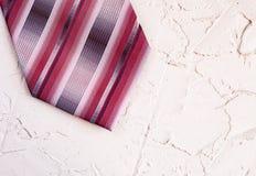 Взгляд сверху связи людей ультрамодной striped на красивой предпосылке Счастливая концепция поздравительной открытки дня отцов стоковая фотография rf