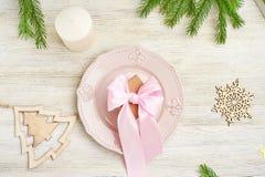 Взгляд сверху сервировки стола рождества Деревянная игрушка в форме sno Стоковое фото RF