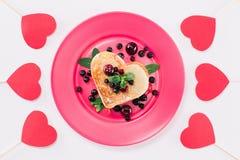 Взгляд сверху сердца сформировало блинчик при ягоды изолированные на белизне стоковое фото rf