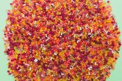 Взгляд сверху серий ярких красочных пластичных шариков на салатовой предпосылке Стоковое Изображение RF