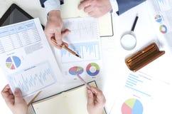 Взгляд сверху ситуации деловой встречи и обсуждения финансовой компании Серия финансовых dociments, коммерсантки и busi стоковые изображения