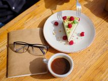 Взгляд сверху сметанообразного пирожного с cofee на деревянном столе оливка масла кухни еды принципиальной схемы шеф-повара свежа Стоковые Изображения RF