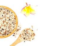 Взгляд сверху смешало белый и коричневый рис в деревянном шаре и деревянной ложке, красочном зерне риса изолированном на белой пр Стоковое фото RF