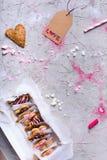 Взгляд сверху собрания возлюбленн сформировало печенья с биркой влюбленности Стоковое Изображение