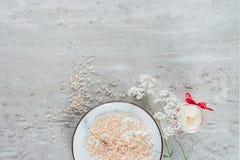 взгляд сверху соли моря в шаре и красивых небольших белых цветках стоковые фотографии rf