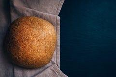 Взгляд сверху справедливого homebaked хлеба на холодной каменной таблице Стоковое Изображение RF
