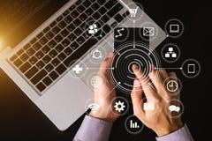 Взгляд сверху Средства массовой информации маркетинга цифров в виртуальном экране с мобильным телефоном стоковые изображения rf