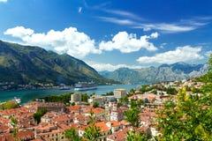 Взгляд сверху старого городка и большого корабля в Kotor, Черногории Стоковая Фотография