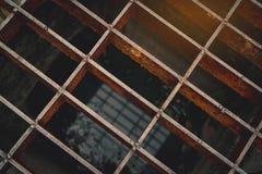 Взгляд сверху старого и ржавого металла покрытого на шланге стока улицы Предпосылка текстуры металла ржавчины Соленая вода ускоря Стоковое Изображение RF