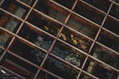 Взгляд сверху старого и ржавого металла покрытого на шланге стока улицы Предпосылка текстуры металла ржавчины Соленая вода ускоря Стоковая Фотография