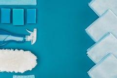 взгляд сверху строки голубых ветошей и поставек чистки изолированных на сини Стоковая Фотография RF