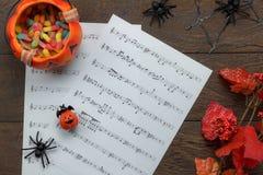 Взгляд сверху счастливого фестиваля хеллоуина и примечание музыки покрывают концепцию предпосылки Стоковые Фотографии RF