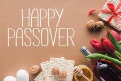 взгляд сверху счастливых приветствия и matza еврейской пасхи на коричневой еврейской пасхе стоковое фото rf