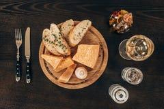 взгляд сверху сыр пармесана с кусками и грибом багета Стоковое Фото