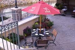 Взгляд сверху таблицы подготовленный с зонтиком в итальянском ресторане рядом с каналом на озере Buena Vista стоковое изображение