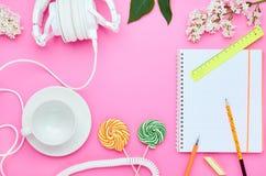 Взгляд сверху таблицы подросткового ребенка, состав карандаша для стекла цветка ластика ноутбука с леденцом на палочке наушника н стоковые фото