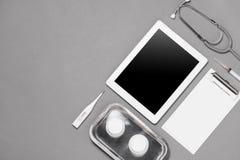Взгляд сверху таблицы стола доктора с стетоскопом и медицинскими деталями Стоковое Изображение RF