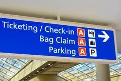 Взгляд сверху терминала знак снабжать билетами и регистрации a на международном аэропорте Орландо стоковые изображения rf