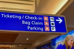 Взгляд сверху терминального знака снабжать билетами и регистрации b на международном аэропорте 2 Орландо стоковое изображение