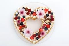Взгляд сверху торта слоя сердца форменное стоковая фотография rf