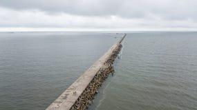 Взгляд сверху трутня взморья Балтийского моря Liepaja Латвии воздушное стоковые изображения