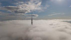 Взгляд сверху трутня Европы облаков дыма Zakusala башни ТВ Риги Латвии самое большое воздушное стоковое изображение