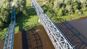 Взгляд сверху трутня Латвии моста железной дороги реки Gauja воздушное Стоковое Изображение