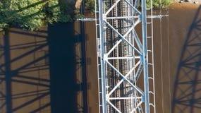 Взгляд сверху трутня Латвии моста железной дороги реки Gauja воздушное Стоковая Фотография