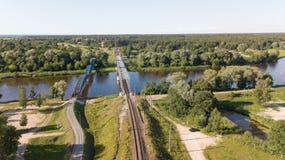 Взгляд сверху трутня Латвии моста железной дороги реки Gauja воздушное Стоковые Фотографии RF