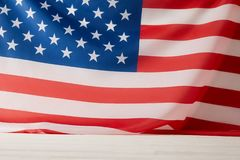 взгляд сверху флага Соединенных Штатов Америки на белой поверхности стоковые фотографии rf