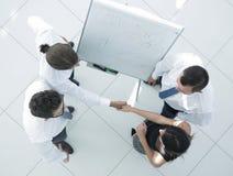 взгляд сверху фоновое изображение коллег рукопожатия дела Стоковые Изображения RF