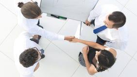 взгляд сверху фоновое изображение коллег рукопожатия дела Стоковое фото RF