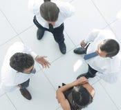 взгляд сверху фоновое изображение команды дела обсуждая вопросы дела Стоковые Фотографии RF
