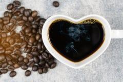Взгляд сверху формы сердца кофейной чашки и кофейного зерна Стоковые Фото