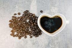 Взгляд сверху формы сердца кофейной чашки и кофейного зерна Стоковое Изображение RF