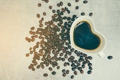 Взгляд сверху формы сердца кофейной чашки и кофейного зерна Стоковая Фотография