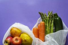 Взгляд сверху фрукта и овоща на многоразовых сумках с космосом экземпляра стоковое фото rf