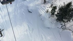 Взгляд сверху фуникулера с кабинами в зиме footage Деятельности при зимы  сток-видео