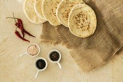 Взгляд сверху хлеба пита на ткани мешковины, перцах красного chili и c Стоковая Фотография