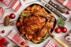 Взгляд сверху цыпленка или индюка Baked всего служил в лотке утюга квадратном стоковая фотография