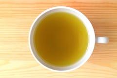 Взгляд сверху чашки горячего японского зеленого чая, который служат на естественном деревянном столе цвета Стоковые Фотографии RF