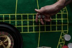 взгляд сверху человека играя в азартные игры на рулетке на казино, играя в азартные игры Стоковые Изображения