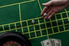 взгляд сверху человека играя в азартные игры на рулетке на казино, играя в азартные игры Стоковые Фотографии RF
