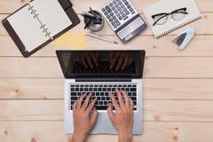Взгляд сверху человека используя современный портативный компьютер в домашнем офисе Стоковое Изображение