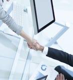 взгляд сверху человек и офицер рукопожатия дела над столом Стоковая Фотография RF