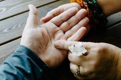 Взгляд сверху человеческой руки и рассказчика психического или удачи объясняет линии на ладони palmistry стоковое фото rf