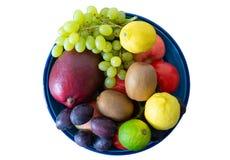 Взгляд сверху шара гончарни заполнило при свежие фрукты изолированные на белизне Стоковое фото RF